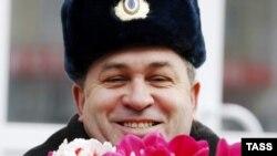 Сотрудник дорожной полиции с цветами. Иллюстративное фото.