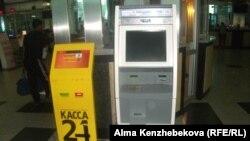 Теміржол вокзалындағы электрондық билет сататын терминалдар. Алматы. 9 шілде 2014 жыл.