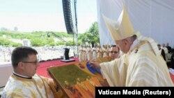 Papa Francisc sfințește icoana cu cei șapte episcopi martiri, beatificați la Blaj.