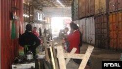 Основными покупателями на вещевом оптовом рынке Карасу на юге Кыргызстана, торговля на котором в эти дни «остановилась», были узбекистанцы.