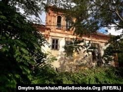 Покинута нині садиба на острові Бююкада (Прінкіпо) в Мармуровому морі під Стамбулом у Туреччині, де Лев Троцький жив у 1929–1932 роках після вигнання з СРСР