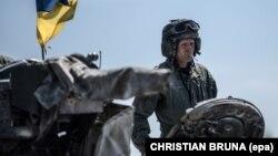 НАТОнун машыгуусуна катышып жаткан украин аскери.