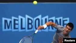 Один із найкращих тенісистів світу серб Новак Джокович подає на відкритому чемпіонаті Австралії (архівне фото)