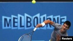 Сербский теннисист проводит тренировку на турнире Australian Open. Мельбурн, 13 января 2012 года.