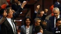 Парламенттеги Элдик демократиялык партиянын депутаттары кол тийбестикти алууга каршы болуп келишкен.