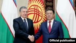 Президент Узбекистана Шавкат Мирзияев (слева) и Чыныбай Турсунбеков. Бишкек, 6 сентября 2017 года.