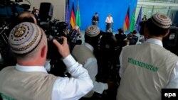 Түркіменстан президенті Гурбангулы Бердімұхаммедов пен Германия канцлері Ангела Меркельдің баспасөз мәслихаты. Германия, Берлин, 29 тамыз 2016 жыл.