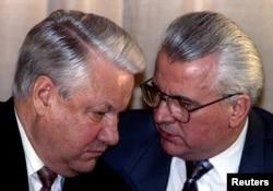 Президент Росії Борис Єльцин слухає президента України Леоніда Кравчука. Мінськ, 16 квітня 1993 року