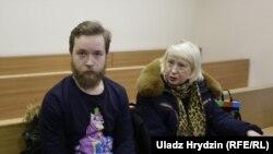 Маці абвінавачанага Сьвятлана Іванова прыйшла на суд зь невядомым маладым чалавекам.