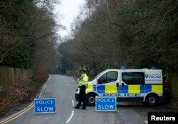 Розслідування обставин смерті: британська поліція перекрила проїзд до будинку Березовського в лондонському передмісті Аскот, 24 березня 2013 року