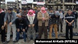 متظاهرون يصلون في ساحة الأحرار بالموصل