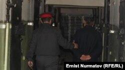 Террорчул топтун жетекчиси деп шектелген Бахрам Мамасадыков Ош ШИИБнин убактылуу кармоочу жайына киргизилди. 19-февраль, 2014.