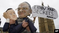 Avaaz ұйымының белсенділері ақпаратты заңсыз түрде жинауға қарсы наразылық акциясын өткізіп тұр. Лондон, 13 шілде 2011 жыл