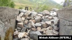 Преграда в русле одного из каналов на границе Кыргызстана и Казахстана. 8 июля 2013 года.
