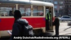 Поліція перевіряє документи на вході в громадський транспор у Києві, 24 березня 2020 року