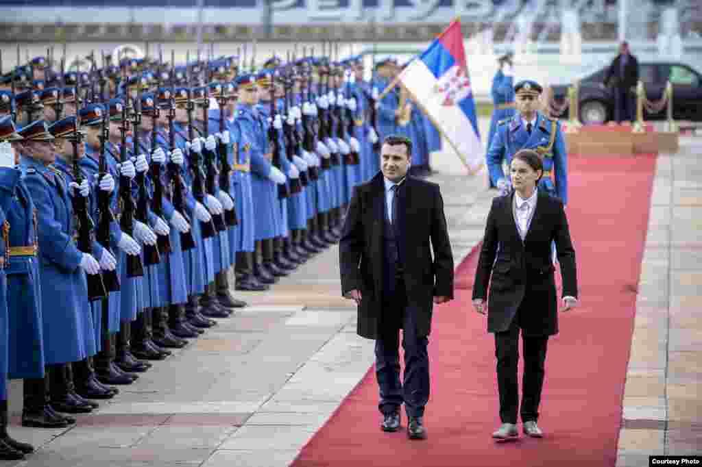 СРБИЈА - На својата прва официјална посета на Белград, премиерот Заев изјави дека Македонија и Србија имаат партнерски односи и дека Србија е соседот со кој македонските граѓани сакаат да имаат најблиски односи. За секое прашање, независно колку е тоа болно или среќно, секогаш да кренеме телефон и меѓусебно да разговараме, така како тоа го прават пријателите, изјави Заев.