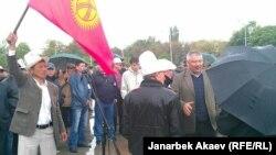 Азимбек Бекназаров в окружении своих сторонников. 24 апреля 2013 года