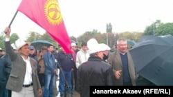 Азимбек Бекназаров Кумтөрдү улутташтыруу талабы боюнча митингде. Бишкек, 24-апрель, 2013.