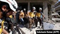 Волонтеры достают из завалов тела погибших и пострадавших в результате авианалета. Маарет-аль-Нуман, 22 июля 2019 года
