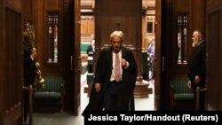 Қауымдар палатасының бұрынғы төрағасы Джон Беркоу парламенттен шығып барады.