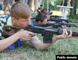 Заняття зі зброєю проводять інструктори з так званого «міністерства держбезпеки» угруповання «ЛНР»