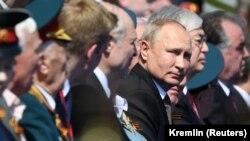 Президент России Владимир Путин (третий справа), по его левую руку – президент Казахстана Касым-Жомарт Токаев на параде победы в Москве. 24 июня 2020 года.