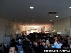 В очереди за новым сотовым номером после приостановки работы компании O'zdunrobita. Фото из Узбекистана, 17 июля 2012 года.