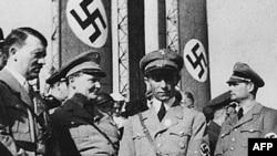 Гитлер и его ближайшее окружение – Геринг, Геббельс и Гесс (слева направо)