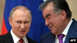 Президент Таджикистана Эмомали Рахмон (справа) и президент России Владимир Путин. Бишкек, 14 апреля 2017 года