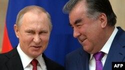 Президент Таджикистана Эмомали Рахмон (справа) и президент России Владимир Путин. Бишкек, 14 апреля 2017 года.