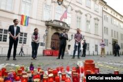 Ambasadorul SUA, Andrew Schapiro, reprezentantul organizației PROUD, Jan Kozubik, și Martina Stepankova, ministru adjunct pentru Drepturile omului, la comemorarea de la Praga a victimelor atacului