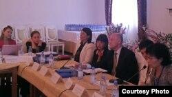 «Құқық қорғаушылар және азаматтық белсенділердің қауіпсіздік мәселелері платформасы» атты конференцияда отырған құқық қорғаушылар. Бурабай, 23 тамыз 2012 жыл.