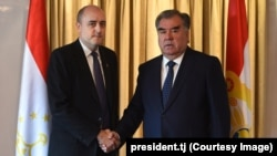 RFE/RL President Jamie Fly (left) meets with Tajik President Emomali Rahmon in Zurich, Switzerland, on November 7.