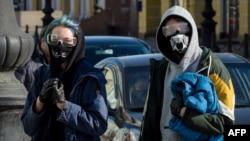 Дефицитът на медицински маски кара хората по света да импровизират