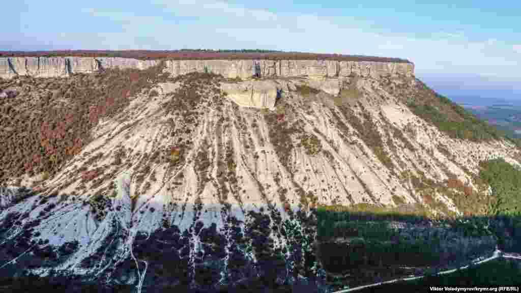 С плато Чуфут-Кале открываются замечательные виды на Бахчисарайский район.