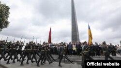 Раніше 9 травня президент України Петро Порошенко разом з іншими представниками влади взяв участь у церемонії вшанування пам'яті загиблих з нагоди 72-ї річниці Перемоги у Другій світовій війні
