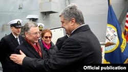 Петро Порошенко вітає Курта Волкера на борту «Дональда Кука». Одеса, 26 лютого 2019 року
