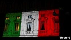 Палац Марына ў Міляне падсьвятляюць колерамі сьцяга Італіі, 20 сакавіка