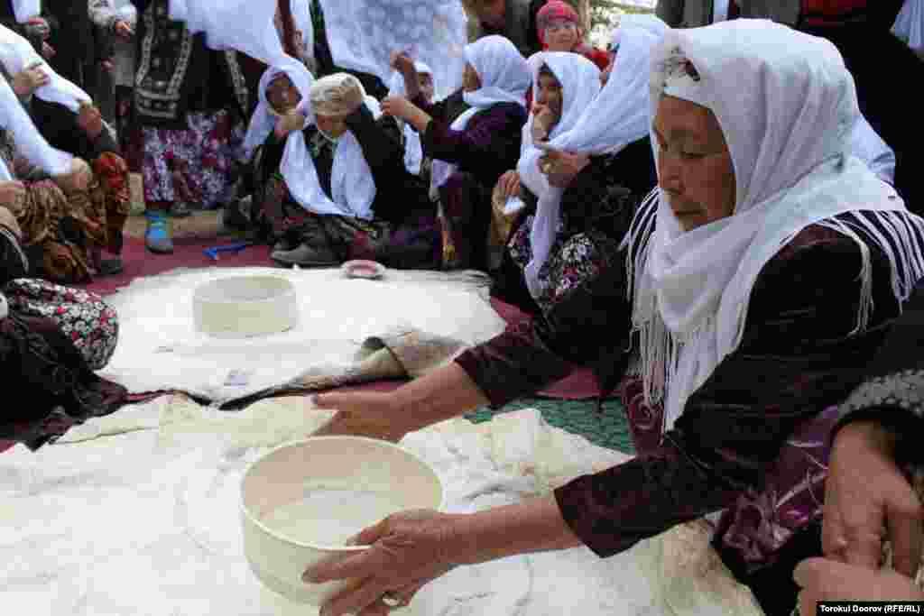 Один из важных обрядов на суннет-тоях, когда пожилые женщины вместе сеят муку для праздничного хлеба.