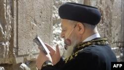 ILiderul ultra-ortodox, rabinul Ovadia Yosef rugîndu-se la Zidul Plîngerii în 2003