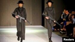 Модели на подиуме Kazakhstan Fashion Week в одежде из коллекции дизайнера Абзала Сейдина. Алматы, 20 апреля 2016 года.