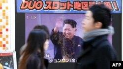 شهروندان توکیو در حال عبور از مونیتوری که اخبار بامداد یکشنبه در مورد پرتاب موشک جدید در کره شمالی را پخش میکند. نخستوزیر ژاپن گفته اقدام پیونگیانگ «مطلقا غیرقابل تحمل» است.