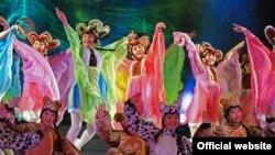Театрда бийлеп аткан балдар. Бишкек