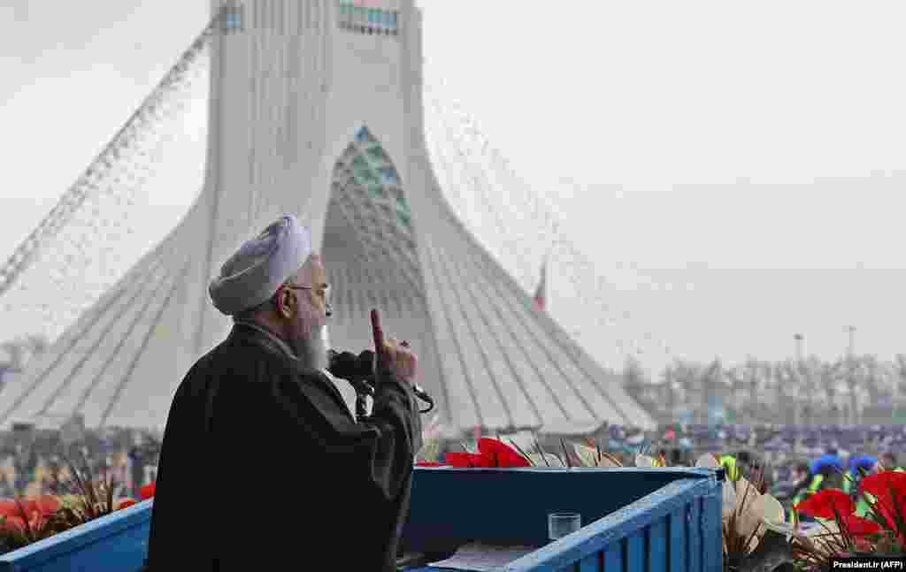 حسن روحانی رئیس جمهور ایران در حال ایراد بیانیه اش به دهها هزار ایرانی در میدان آزادی در تهران.