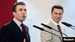 Sekretari i përgjithshëm i NATO-s, Anders Fog Rasmusen, dhe kryeministri i Maqedonisë, Nikola Gruevski, gjatë konferencës për shtyp