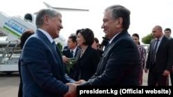 Өзбекстан президенті Шавкат Мирзияев (оң жақта) Қырғызстан президенті Алмазбек Атамбаевты Ташкент әуежайынан күтіп алып тұр. 5 қазан 2017 жыл.