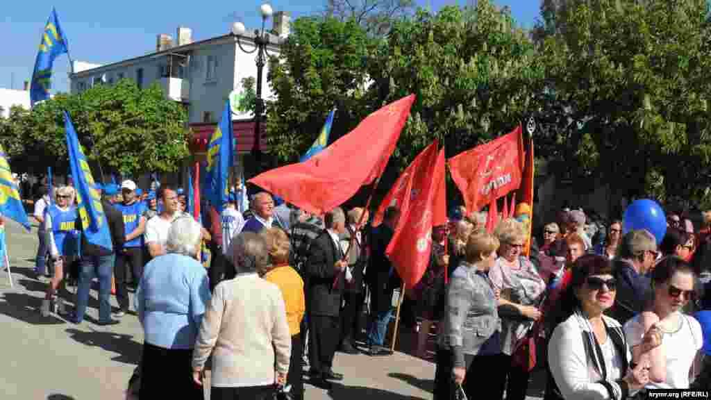 Перед началом шествия участники выстроились в колонну на улице Карла Маркса. Людей группировали по партийному признаку, были также трудовые коллективы и учебные заведения.