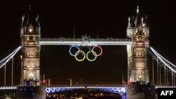 Башенный мост, украшенный олимпийскими кольцами. Лондон, 25 июля 2012 года.