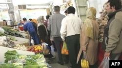 محمود بهمنی، رئیس بانک مرکزی ایران، در گزارشی که در مجمع عمومی بانک مرکزی قرائت کرد، گفت که ميزان رشد تورم در ايران، طی حدود يک سال گذشته بيش از ۲۴ درصد بوده است. (عکس:AFP)