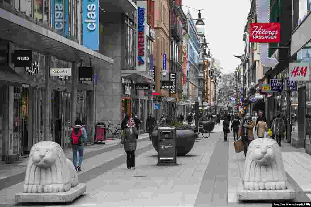 Ljudi kupuju u Stokholmu, 24. mart. Većina švedskih prodavnica, škola, barova i resotrana je otvorena. Jedna od mera koju je Švedska preduzela kako bi suzbila pandemiju korona virusa jeste zatvaranje univerziteta i srednjih škola. Švedske vlasti su 27. marta zabranile okupljanja veća od 50 ljudi. Za razliku od ove skandinavske zemlje, druge države su preduzele radikalnije mere - Nemačka je zabranila okupljanja više od dvoje ljudi, Češka je uvela obavezno nošenje zaštitinih maski, a jermenska poliicja koristi zvučnike kako bi obaveštavala građane da ostanu u svojim kućama.